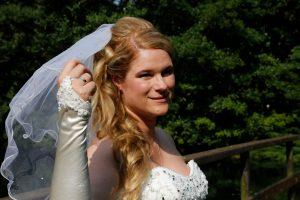 Brautfrisur lockig gesteckt